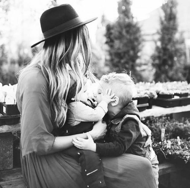 Mãe que cria as filhas sozinha
